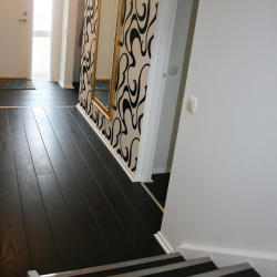 svart trappa metallister trägolv guldspegel